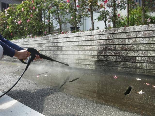外壁の高圧洗浄を行う